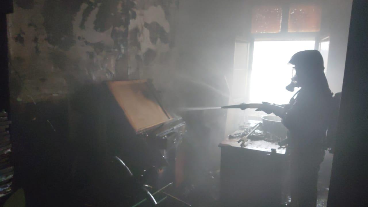 Пожарно-спасательные подразделения МЧС России ликвидировали пожар в городе Октябрьский